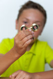 Plan rapproché de 12 années de garçon jouant le fileur de personne remuante Images libres de droits