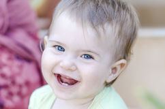 Plan rapproché de bébé heureux souriant avec ses premières dents Photos libres de droits