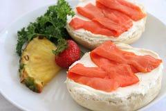 Plan rapproché de bagel et de saumon fumé Image stock