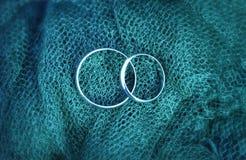 Plan rapproché de bagues de fiançailles de mariage photo stock