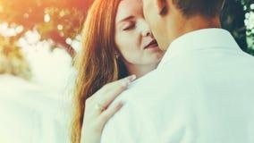 Plan rapproché de baiser d'amusement de bonheur de couples Apprécier le concept romantique de mode de vie ensemble images libres de droits