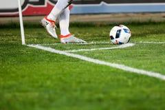 Plan rapproché de ballon de football et de pieds du joueur Photographie stock libre de droits