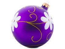 Plan rapproché de ballon pourpre de Noël, d'isolement sur le fond blanc Photographie stock