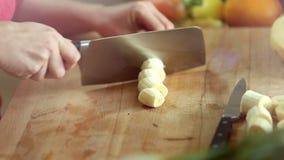 Plan rapproché de banane épluchée par coupe avec le couteau clips vidéos