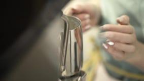 Plan rapproché de barman femelle faisant le café à emporter frais action Les mains de la femme avec la tasse de lait pour la prép banque de vidéos