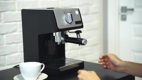 Plan rapproché de barman de femme préparant le café banque de vidéos