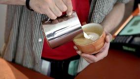 Plan rapproché de barman professionnel faisant le dessin sur le café Art Art de barman et de dessin sur le café avec de la crème  banque de vidéos