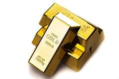 Plan rapproché de bars d'or d'isolement photos libres de droits