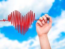 Plan rapproché de battement de coeur de dessin de main dans la forme de coeur avec le stethosc Photos stock