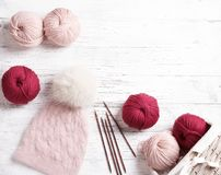 Plan rapproché de beau chapeau tricoté avec le pompon de fourrure Image libre de droits