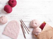 Plan rapproché de beau chapeau tricoté avec le pompon de fourrure Chapeau fait main chaud tricoté sur le fond blanc Photos libres de droits