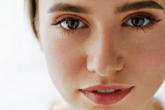 Plan rapproché de beau visage de jeune femme avec le maquillage naturel photo libre de droits