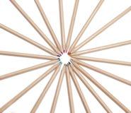 Plan rapproché de beaucoup de crayons colorés sur le blanc Photos libres de droits