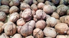 Plan rapproché de beaucoup de noix dans la coquille photographie stock