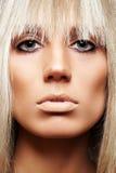 Plan rapproché de beauté avec la coiffure et le renivellement stricts Image stock