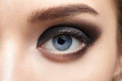 Plan rapproché de bel oeil de femme avec le maquillage Photos stock