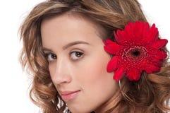 Plan rapproché de belle fille avec la fleur rouge d'aster Images libres de droits