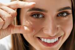 Plan rapproché de belle jeune femme de sourire avec le maquillage naturel photographie stock libre de droits
