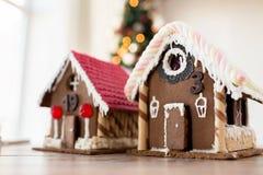 Plan rapproché de belles maisons de pain d'épice à la maison Photo stock
