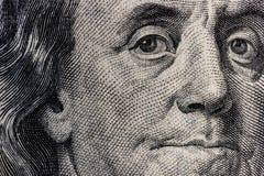 Plan rapproché de Ben Franklin sur cent billets d'un dollar pour le fond IV Photos libres de droits