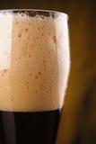 Plan rapproché de bière foncée Photos libres de droits
