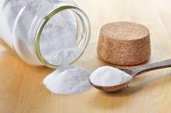 Plan rapproché de bicarbonate de soude dans un pot en verre. Photo stock