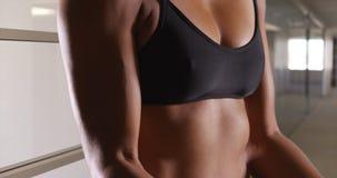 Plan rapproché de biceps asiatique multi-ethnique de femme images stock