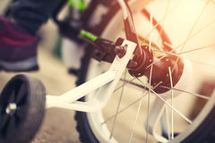 Plan rapproché de bicyclette du ` s d'enfants photographie stock libre de droits