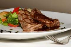 Plan rapproché de bifteck de mignon de filet avec des légumes Photos stock