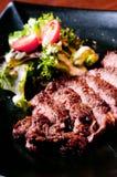 Plan rapproché de bifteck grillé avec de la salade Photo stock