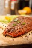 Plan rapproché de bifteck saumoné fumé photos stock