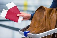 Plan rapproché de billet de passeport et d'embarquement et d'a Photos stock