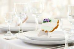 Plan rapproché de biscuit sucré avec le lustre et les perles blancs Photographie stock libre de droits