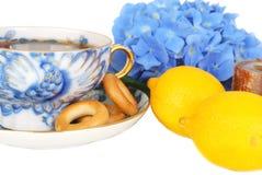 Plan rapproché de biscuits et de citrons de boucles de té et de charrette. photographie stock