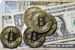 Plan rapproché de Bitcoin sur la devise des USA Photo stock