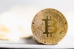 Plan rapproché de Bitcoin sur le fond lumineux brillant images libres de droits