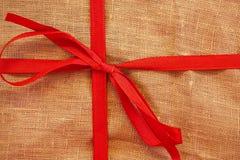Plan rapproché de boîte-cadeau de Noël Emballage de toile de toile de jute image libre de droits