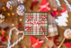 Plan rapproché de boîte-cadeau de plaid avec l'arc rayé de ficelle, deco de Noël Images stock