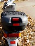 Plan rapproché de boîte de rangement de scooter avec le fond de chute photo stock