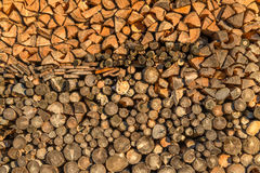 Plan rapproché de bois empilé images stock