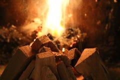 Plan rapproché de bois et des flammes d'inflammation photos stock