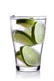 Plan rapproché de boisson avec des tranches de chaux Photos libres de droits