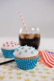 Plan rapproché de boisson et petit gâteau avec le thème du 4 juillet Photo libre de droits