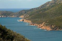Plan rapproché de bord de la mer rocheux de baie de verre à vin dans le ressortissant de Freycinet Photos stock