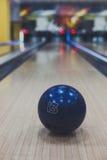 Plan rapproché de boule de bowling sur le fond de ruelle images libres de droits