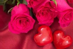 Plan rapproché de bouquet de coeurs et de roses du rouge deux, Photographie stock
