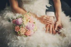 Plan rapproché de bouquet de mariage devant des couples Images stock