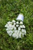 Plan rapproché de bouquet de mariage sur l'herbe Photo stock