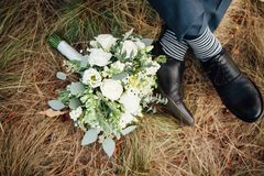 Plan rapproché de bouquet de mariage sur l'herbe Photos libres de droits