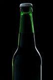 Plan rapproché de bouteille à bière au-dessus de noir Image libre de droits